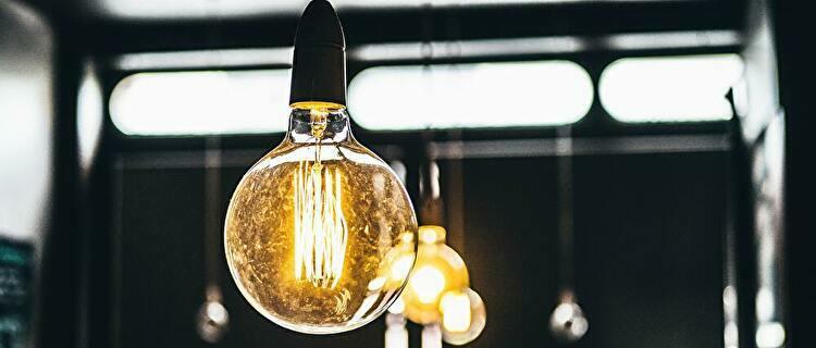 安い電気料金で法人が電球をつける